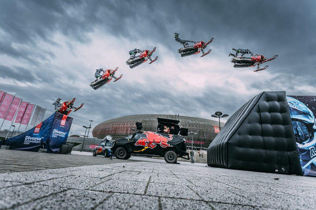 Skuter śnieżny latał nad TAURON Areną Kraków, czyli przedsmak wyjątkowej odsłony Diverse NIGHT of the JUMPs
